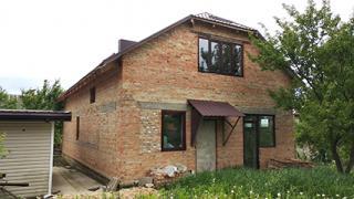Добротний цегляний будинок, обштукатурений , мансардного типу